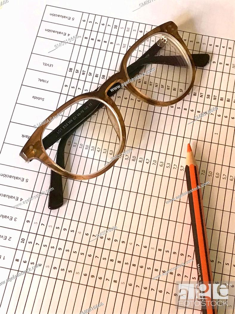 Imagen: Marks report, red pencil and eyeglasses.