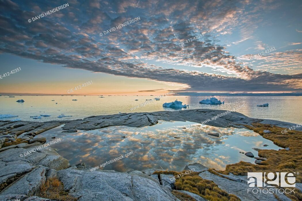 Photo de stock: Idyllic clouds over remote ocean with icebergs, Kalaallisut, Greenland.