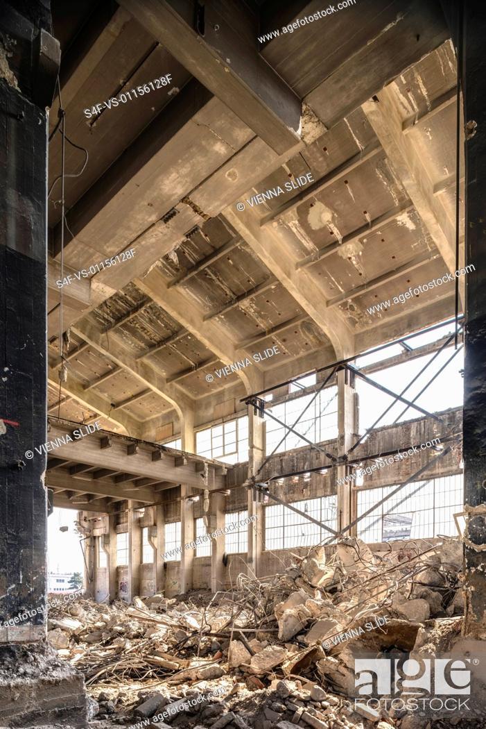 Stock Photo: Abriss einer alten Halle.