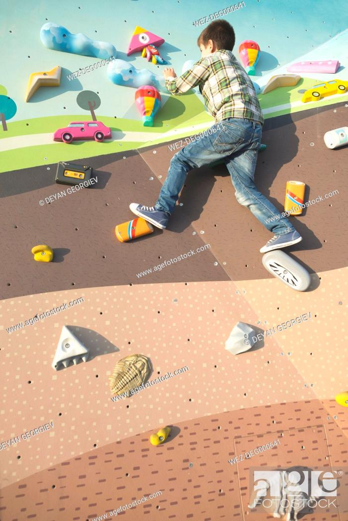 Imagen: Boy at climbing wall on a playground.