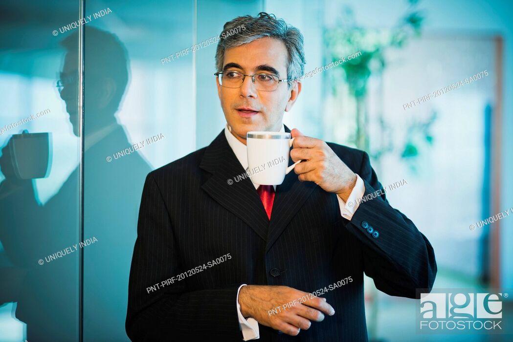 Imagen: Businessman drinking coffee.