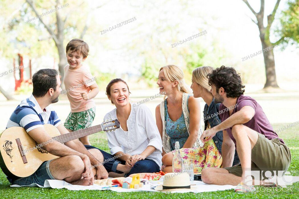 Stock Photo: Friends enjoying picnic in park.