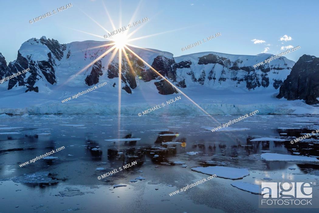 Imagen: Sunrise in the Errera Channel, Antarctica, Southern Ocean.