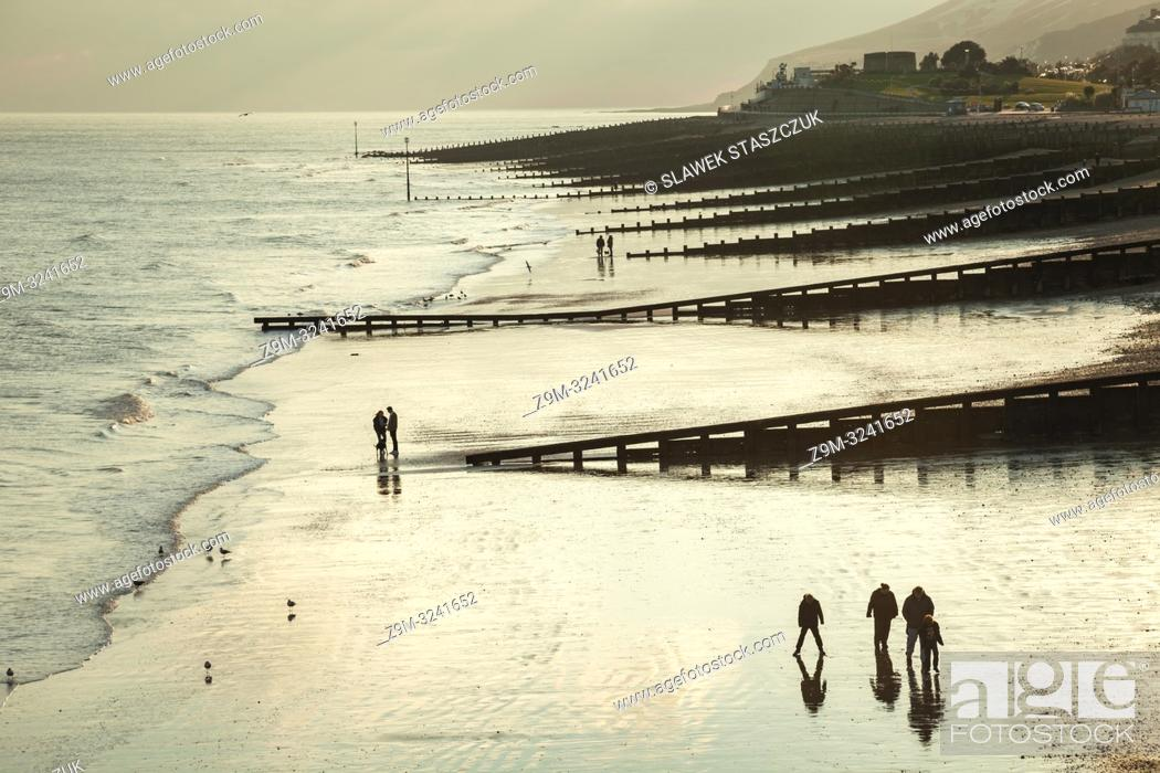 Imagen: Winter afternoon on the beach in Eastbourne, East Sussex, England.