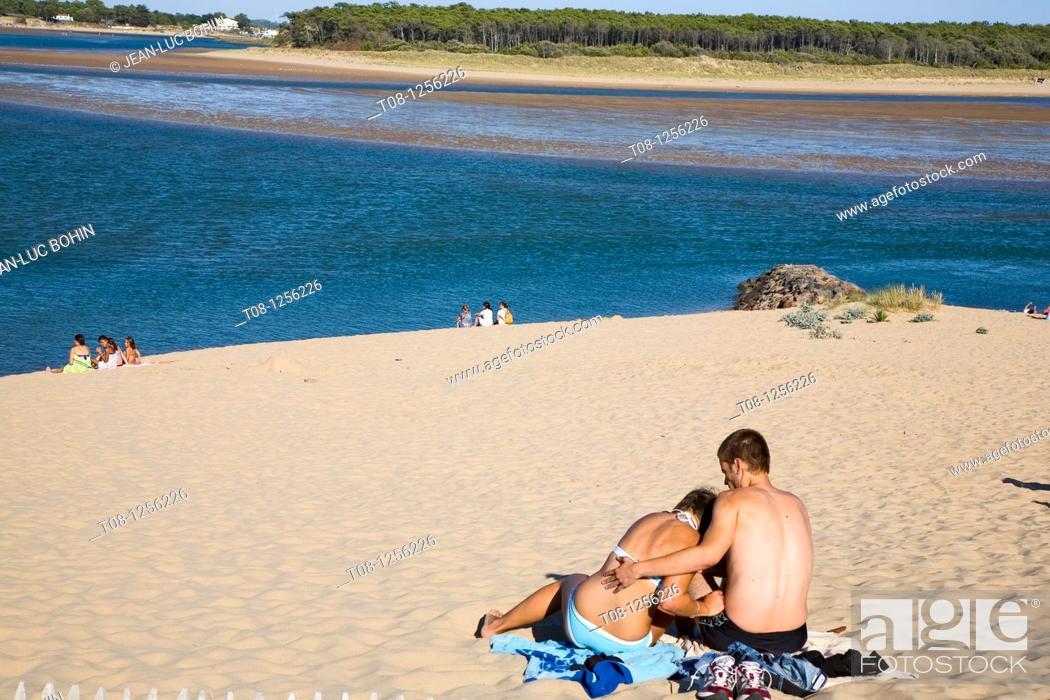 Stock Photo: France, 85, Jard sur Mer: Beach Veillon, couple.