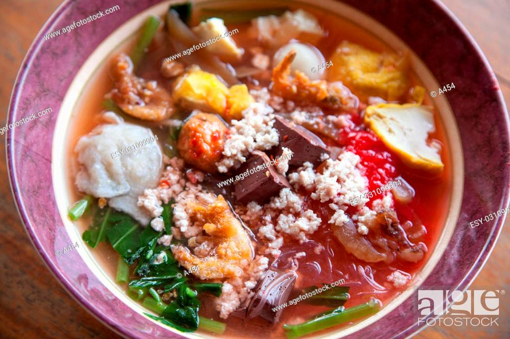 Photo de stock: Noodles with pork meatballs and vegetables as main ingredients.