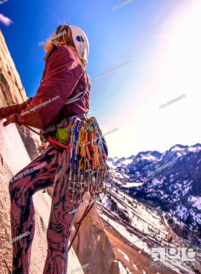 Photo de stock: Woman rock climbing, Cardinal Pinnacle, Bishop, California, USA.
