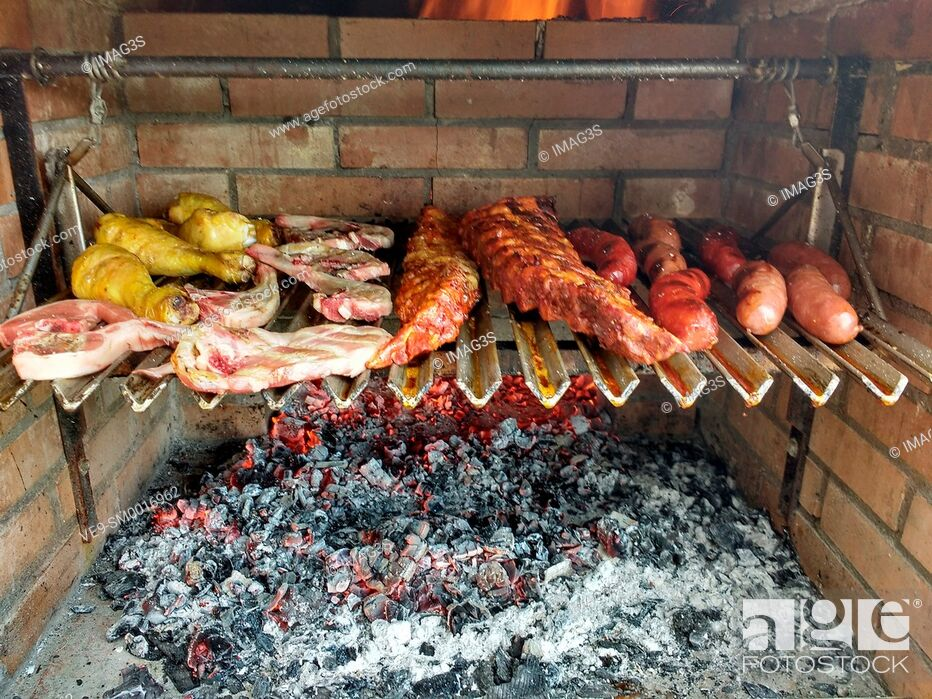 Imagen: Grilling sausages, ribs and chicken. Asturias, Spain.