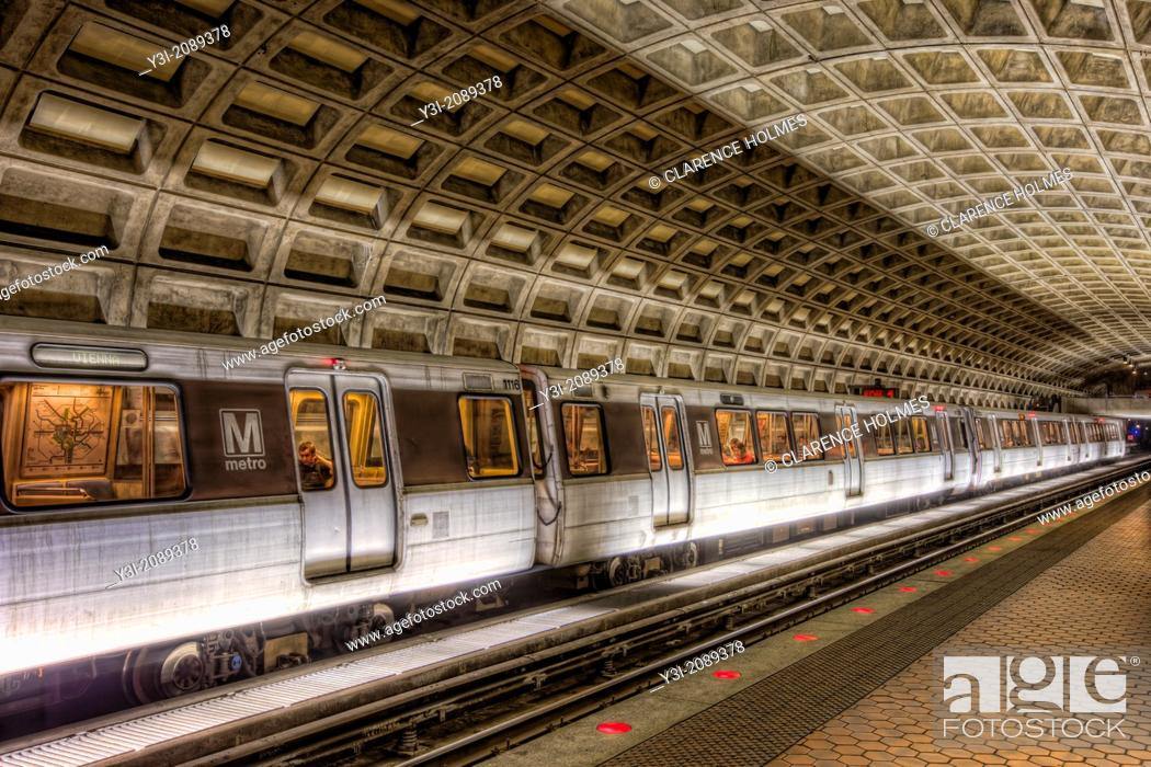 Imagen: A subway train prepares to depart the Farragut West station of the Washington DC metro headed for Vienna.