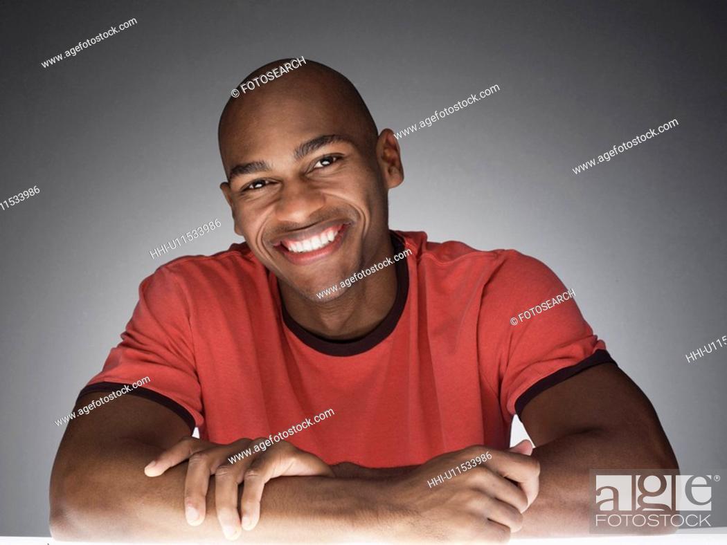 Photo de stock: Young man smiling (portrait).