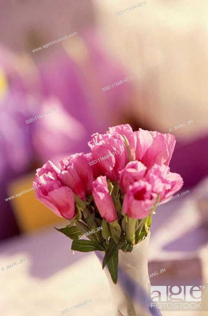 Imagen: Bouquet of pink flowers in a vase.