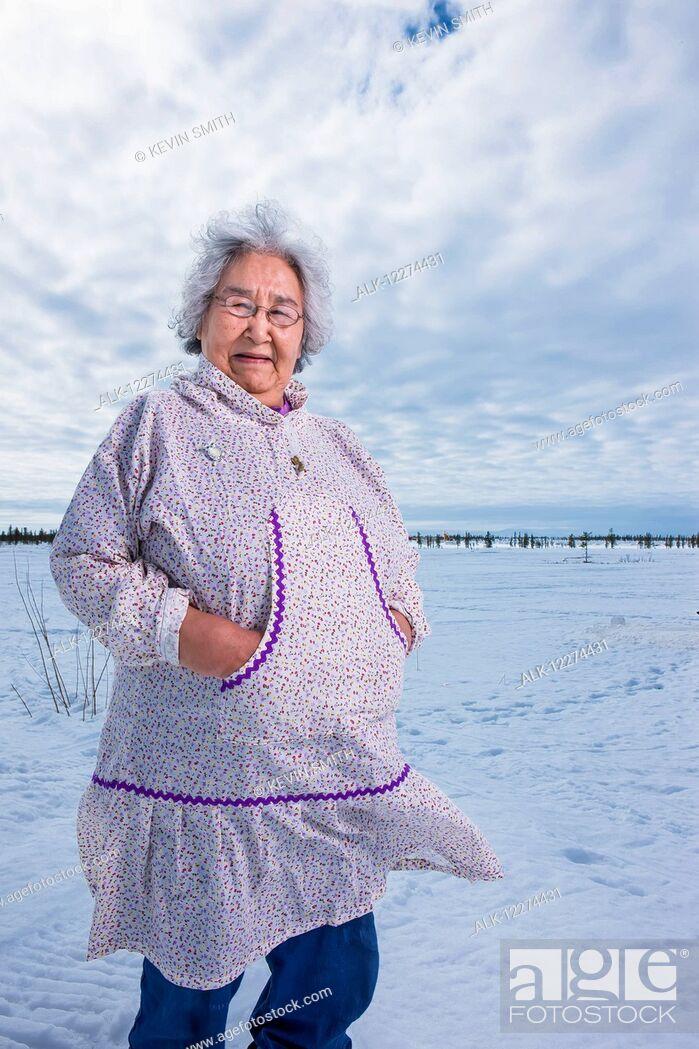 Imagen: Elder Alaska native woman wearing a Kuspuk parka stands on snow covered tundra, Winter, Noatak, Arctic Alaska, USA.