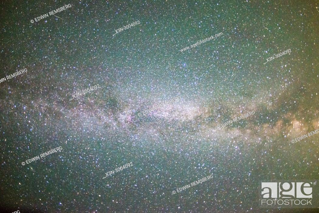 Imagen: Bright stars illuminate the night sky, Grand Tetons National Park, Teton County, Wyoming. USA.