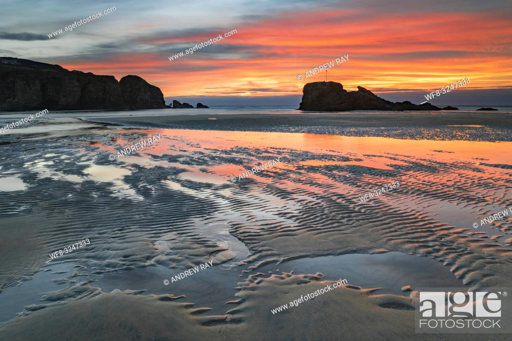 Imagen: Sand ripples captured at sunrise on the beach at Perranporth on the north coast of Cornwall, with Chapel Rock in the distance.