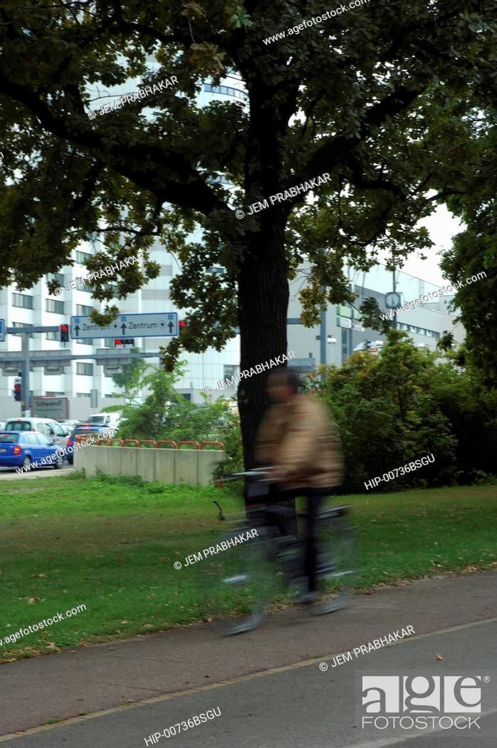Imagen: A CYCLIST IN VIENNA, AUSTRIA.