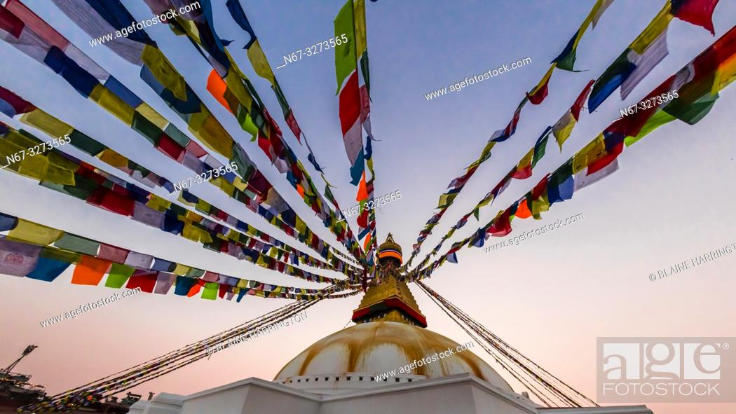 Imagen: Prayer flags ring the massive stupa of the Boudhanath Temple. It is the largest stupa in Nepal and the holiest Tibetan Buddhist temple outside Tibet.