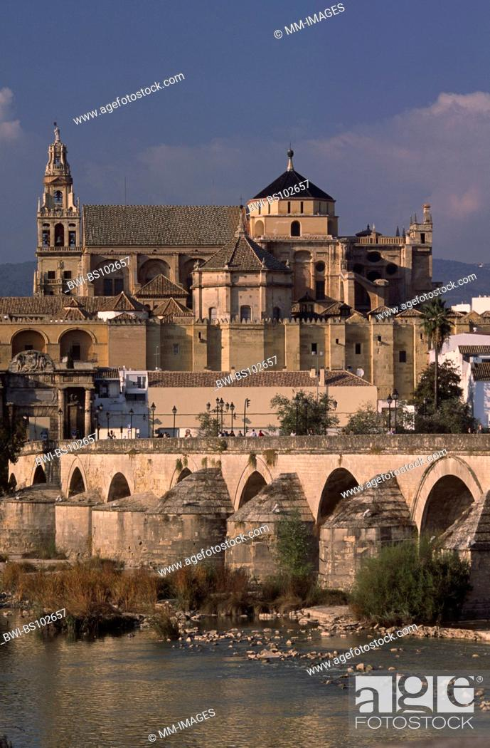 Imagen: View at the Guadalquivir, the Puente Romano and the Mezquita in Cordoba, Spain, Andalusia.