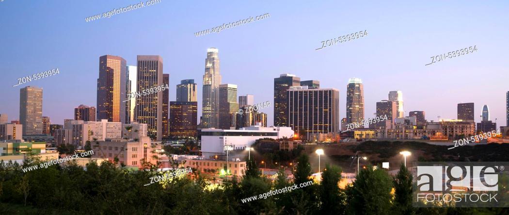 Imagen: Los Angeles Skyline Downtown at Dusk.