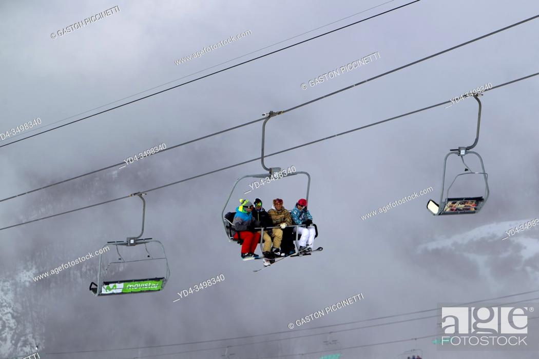 Imagen: Cerro Catedral, San Carlos of Bariloche, Rio Negro, Patagonia Argentina. August 25 2018: Tourist in the chairlifts, Bariloche, Argentina.