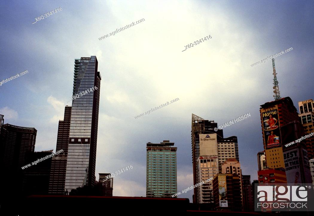 Imagen: Manila skyline and Trump Tower in Makati in Manila in Luzon Metro Manila in the Philippines in Southeast Asia Far East.