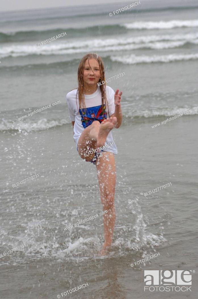 Imagen: Girl kicking her leg in water, Wickaninnish Beach, Vancouver Island, Canada.
