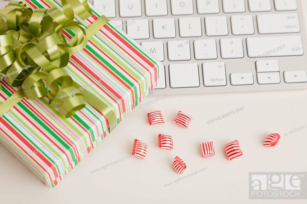Imagen: USA, Illinois, Metamora, Christmas decoration in office.