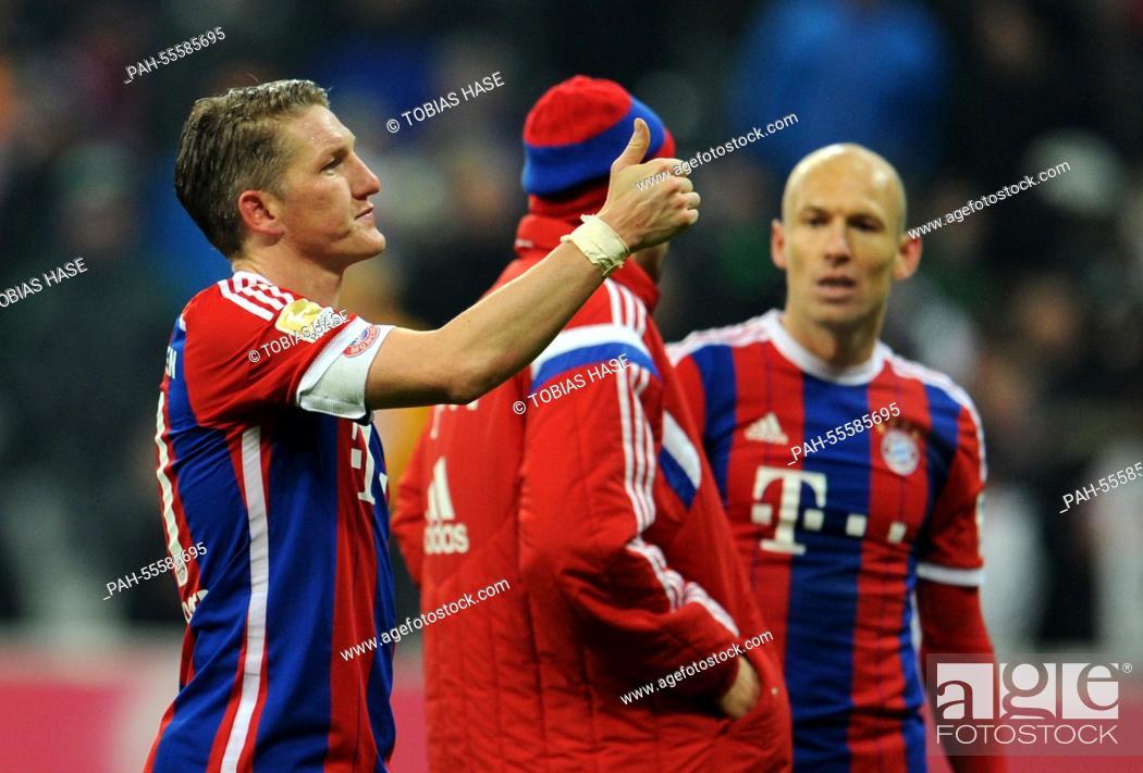 Bayern Munich's Bastian Schweinsteiger gestures a thumbs up