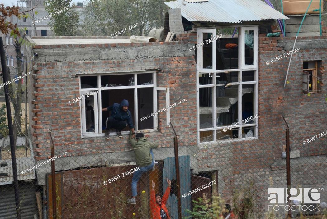 Imagen: A house damaged during attacks. Hizbul Mujahideen's chief operational commander Saifullah has been killed in an encounter at Rangreth area in Srinagar.