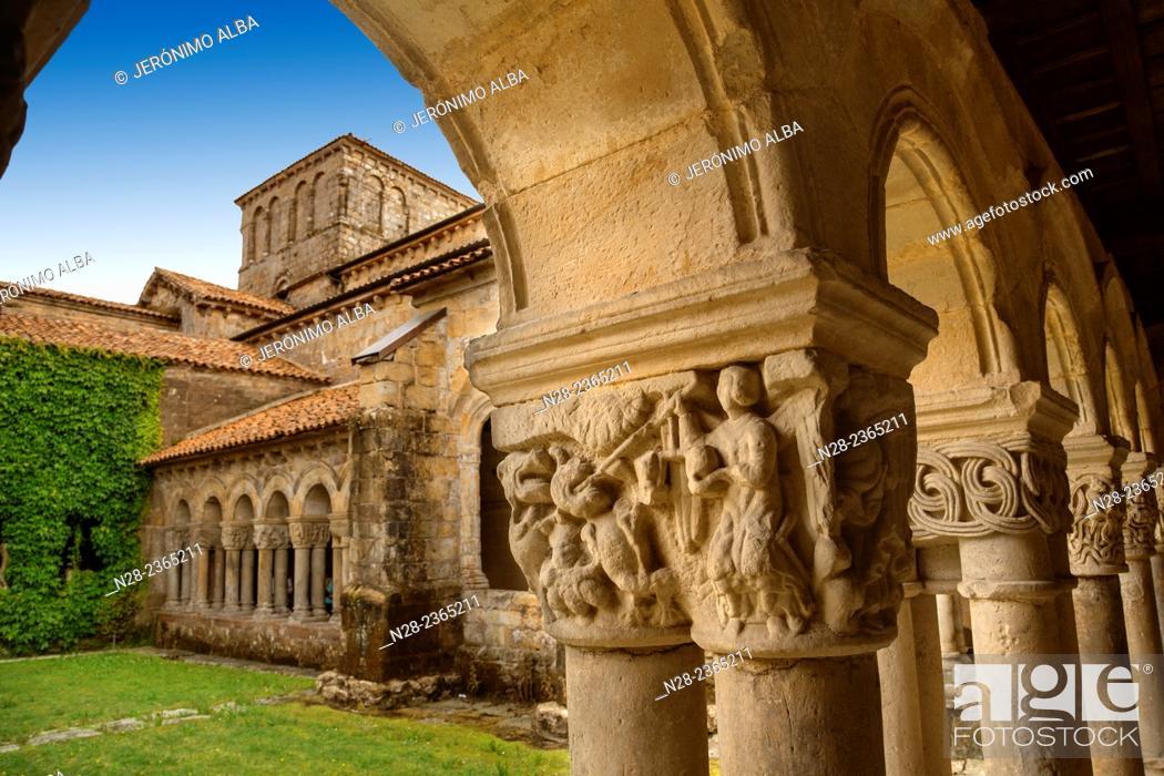 Imagen: Cloister of the Romanesque Collegiate Church of Santa Juliana, Santillana del Mar, Cantabria, Spain.