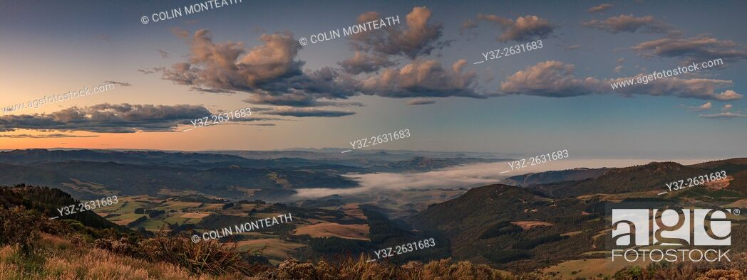 Imagen: Waitati valley at dusk, panorama from Mt Cargill, near Dunedin, Otago.