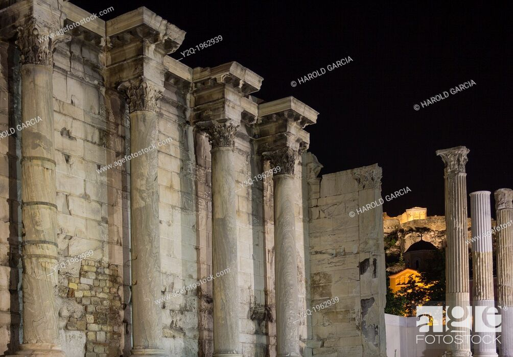Imagen: Corinthian columns of the west wall ruins of the Hadrian's Library in the Roman Agora and Acropolis in the background, Athens, Greece.