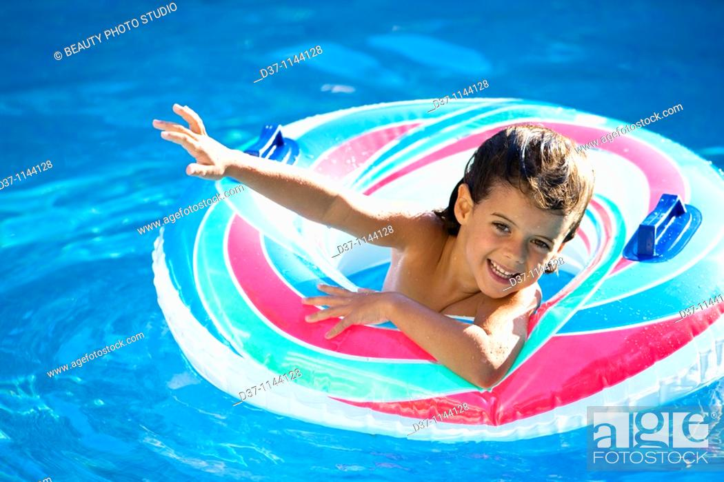 Imagen: little girl waving happy in a swimming pool.