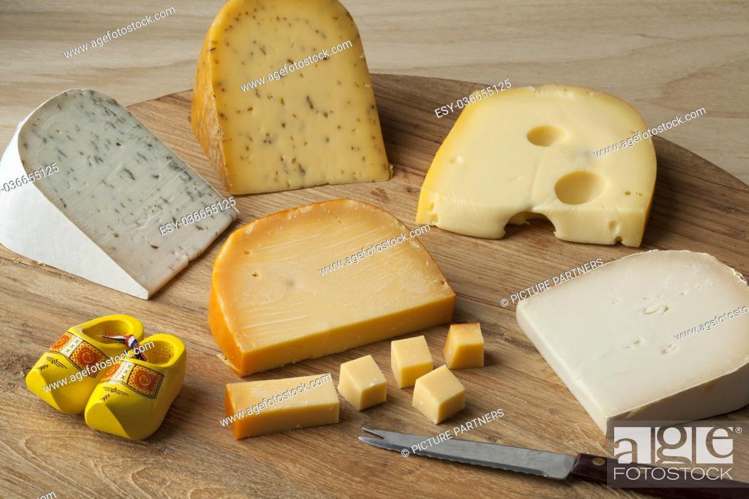 Photo de stock: Diversity of Dutch cheese on a cutting board.