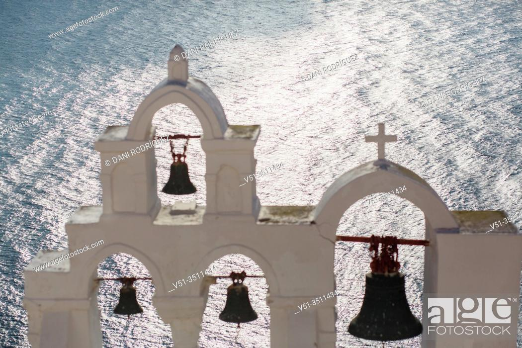 Imagen: Church in Oia, Santorini, Greece.