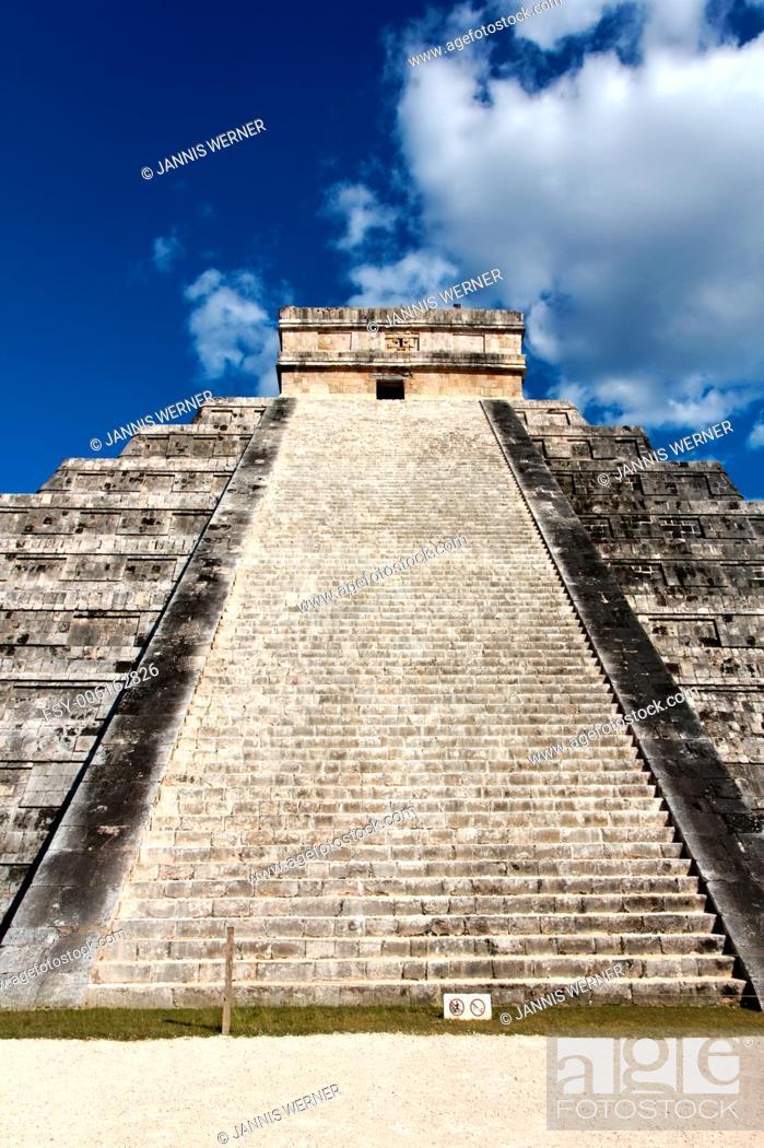 Stock Photo: El Castillo, temple pyramid to Mayan serpent god Kukulkan, in Chichen Itza, Yucatan, Mexico.