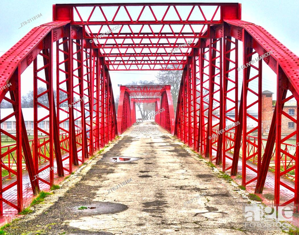 Imagen: Requejo bridge on the road to León, now in disuse, is now part of a recreational area including swimming pools, running tracks, indoor pool.