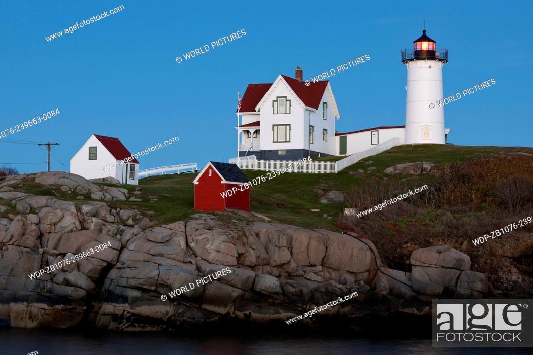 Imagen: Cape Neddick Lighthouse (also known as Nubble Light) at twilight; York Beach, Maine.