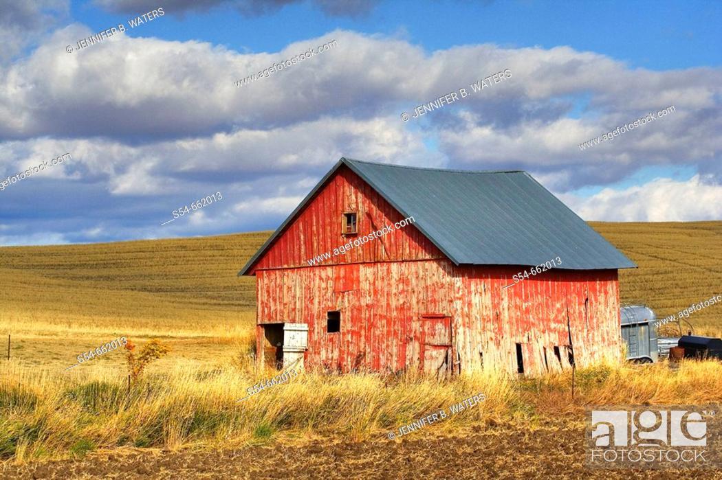 Stock Photo: A old barn in the Palouse farming area of eastern Washington State, USA.