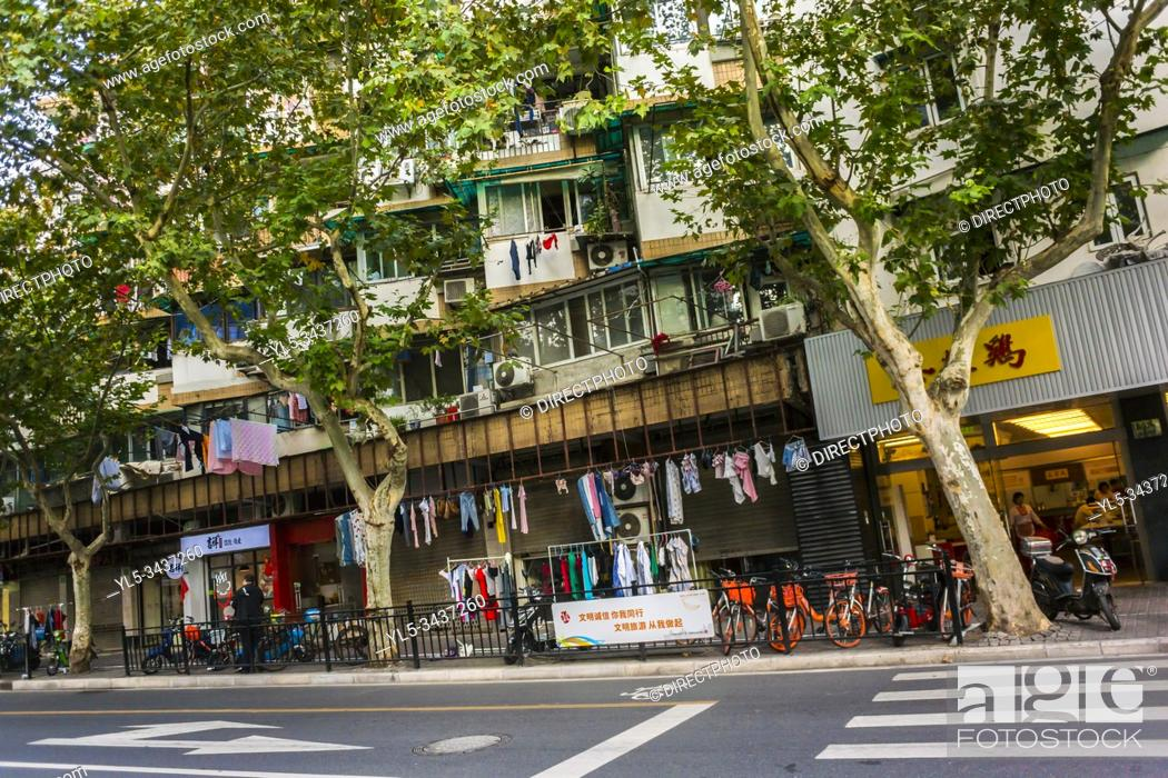 Imagen: Shanghai, China, Street Scene, Poor Residential Housing in CIty Center, Xin Tian Di Area.