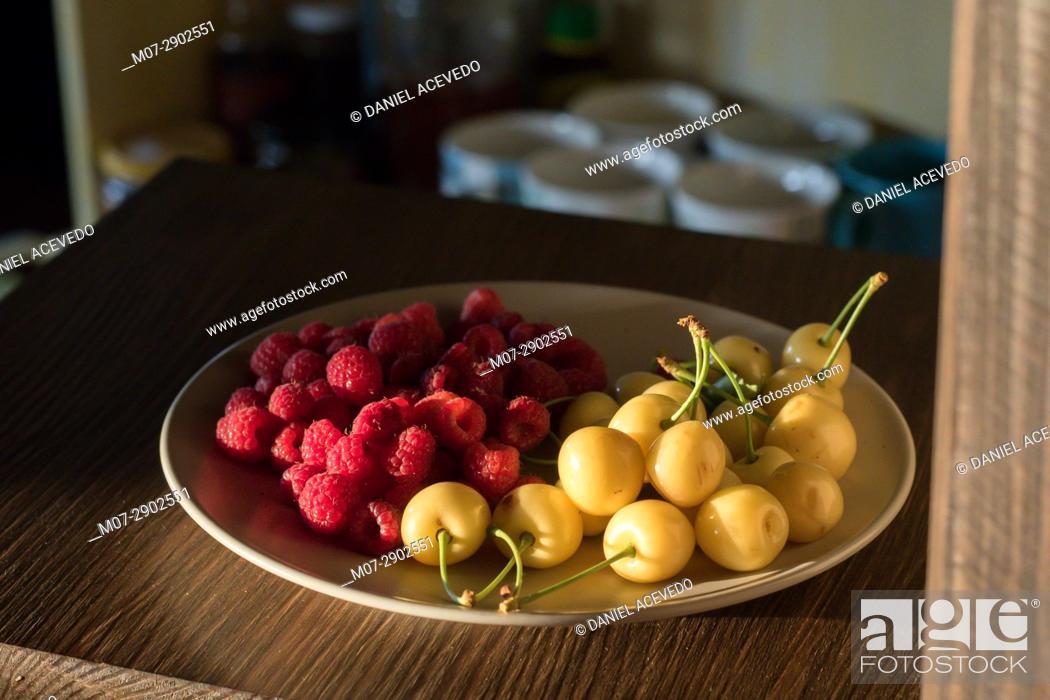 Imagen: Raspberries & white cherries still life work.