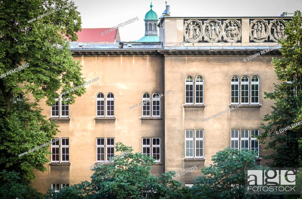 Imagen: Exterior of building framed by tree branches, Krak—w, Lesser Poland Voivodeship, Poland.