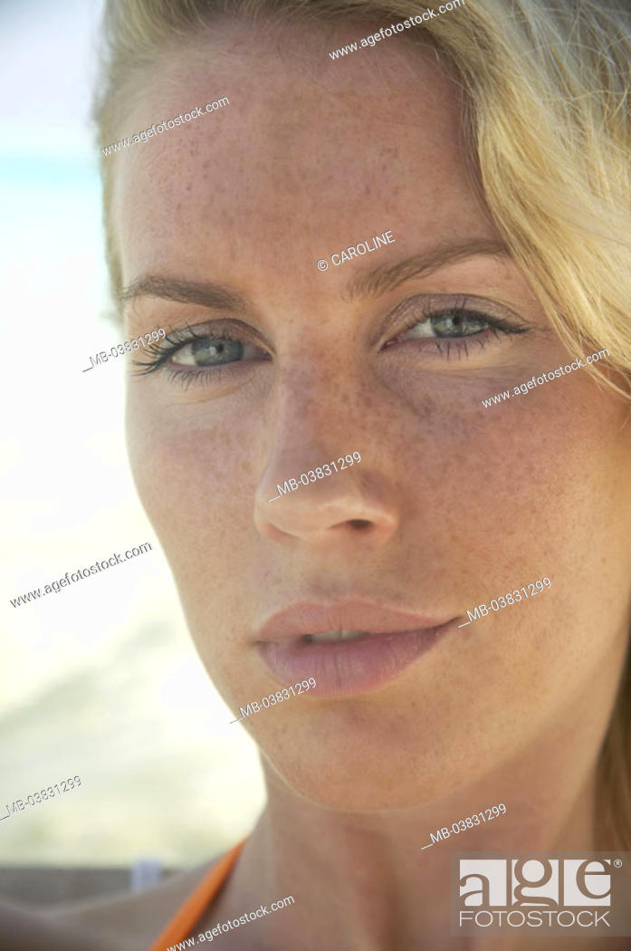 Stock Photo: Woman, young, freckles, portrait, truncated,   20-30 years, 30-40 years, blond, long-haired, gaze camera, naturalness, waiting, seriously, skeptically.