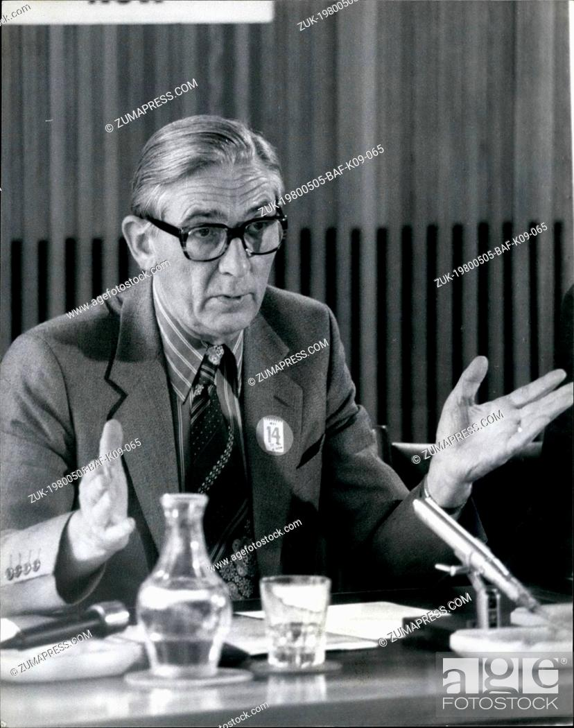 Imagen: May 05, 1980 - Len Murray Holds Press Conference Photo Shows: General Secretary of the TUC seen during his press conference on the 'Day of Action' at the TUC.