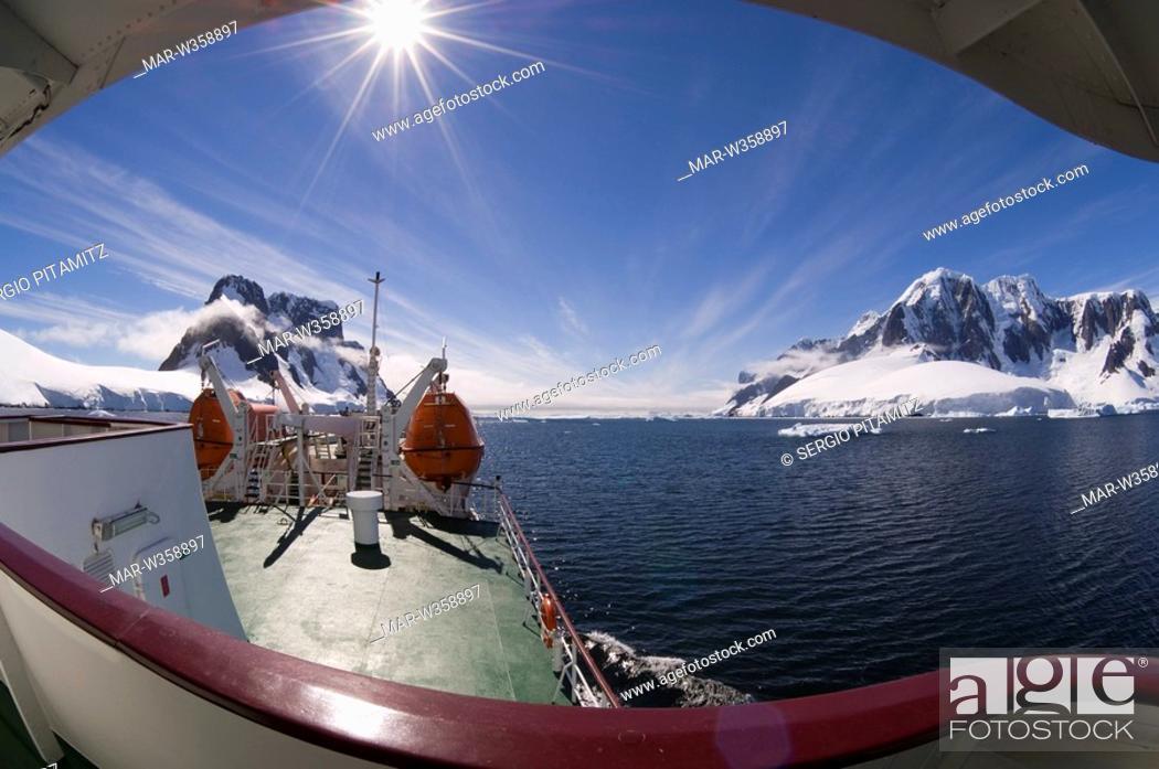 Imagen: Antarctica, Antarctic Peninsula, Lemaire Channel, Antarctic Dream ship.