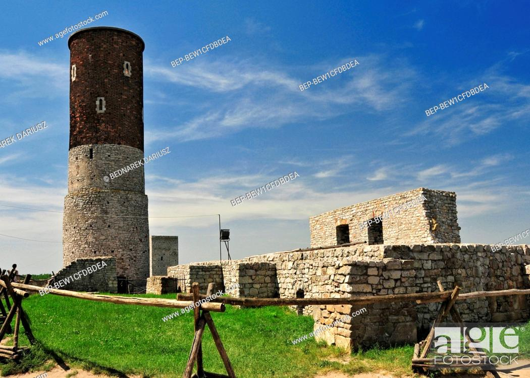 Imagen: Ruins of the royal castle in Chentshin, Swietokrzyskie Voivodeship, Poland. The construction of the fortress probably began around the 13th or 14th century.