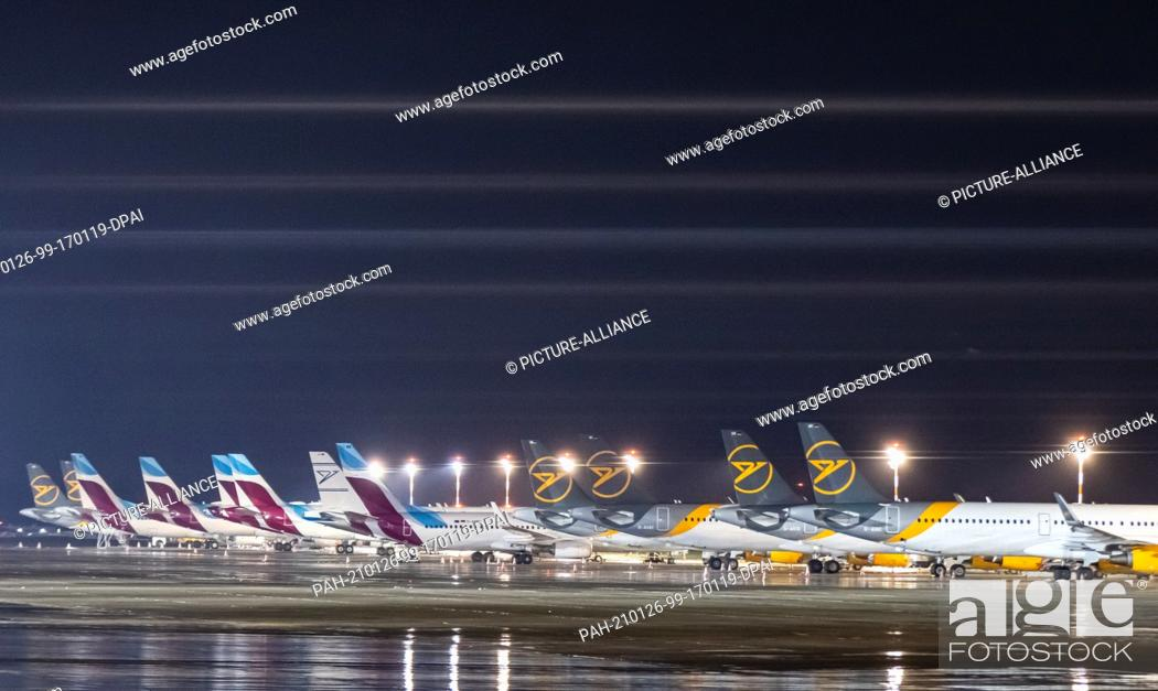 Imagen: 26 January 2021, North Rhine-Westphalia, Duesseldorf: Numerous airplanes are parked on the apron of the airport. A fence is blurred in the foreground.