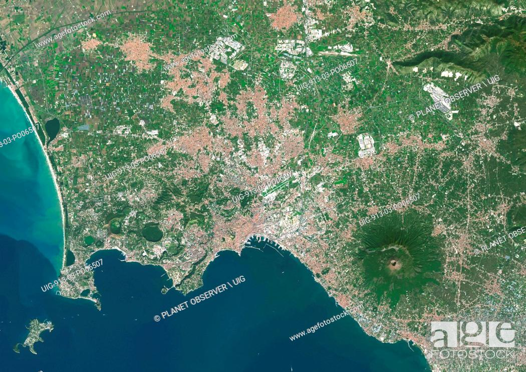 Imagen: Colour satellite image of Naples, Italy. The volcano, Mount Vesuvius, is located about 9 kilometers East of Naples. Image taken on October 17.