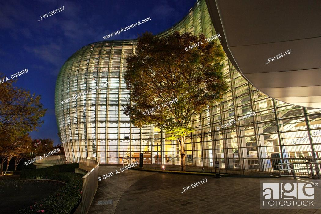 Imagen: The National Art Center Tokyo exterior at dusk in Roppongi, Tokyo, Japan (architect Kisho Kurokawa).