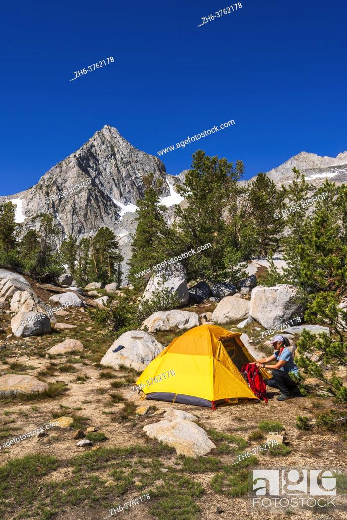 Imagen: Backpacker and tent under the Sierra crest, John Muir Wilderness, Sierra Nevada Mountains, California USA.