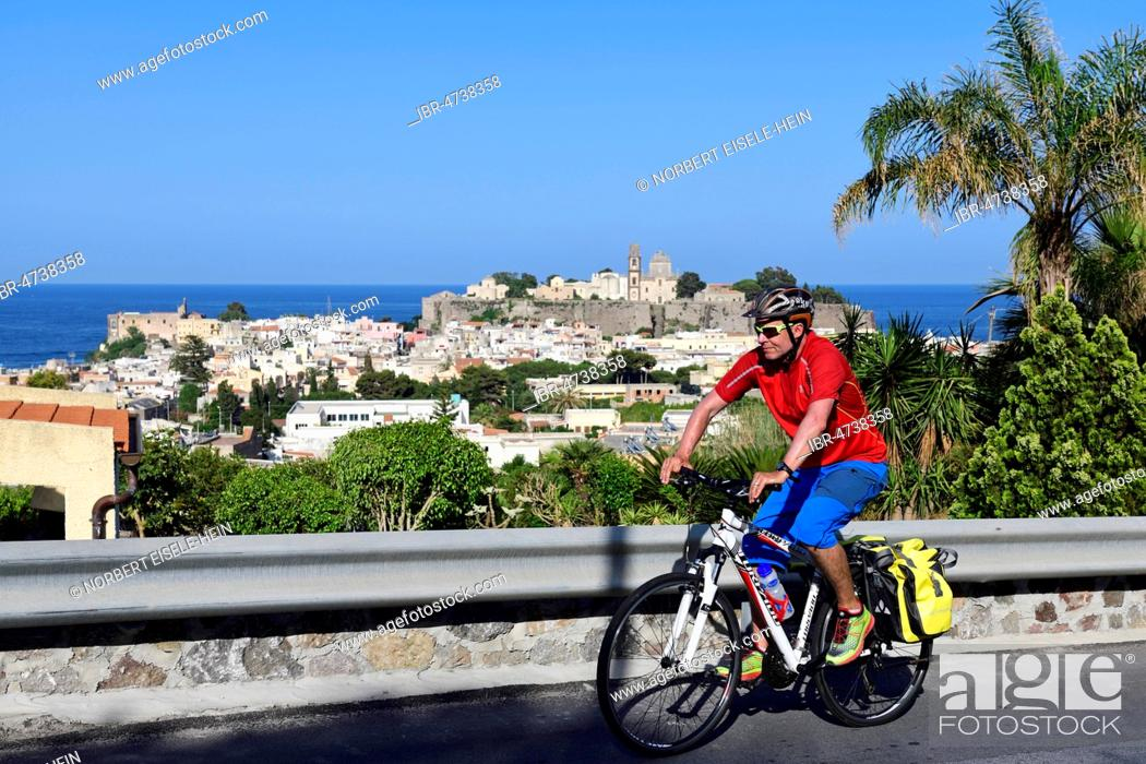 Imagen: Cyclist above Lipari city, Aeolian Islands or Aeolian Islands, Sicily, Italy.